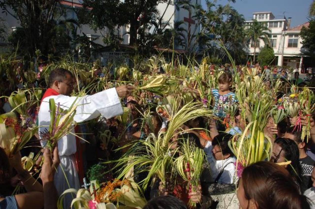 En la parroquia María Auxiliadora (Don Rúa) miles recibieron la bendición de sus palmas. foto edh / miguel villalta