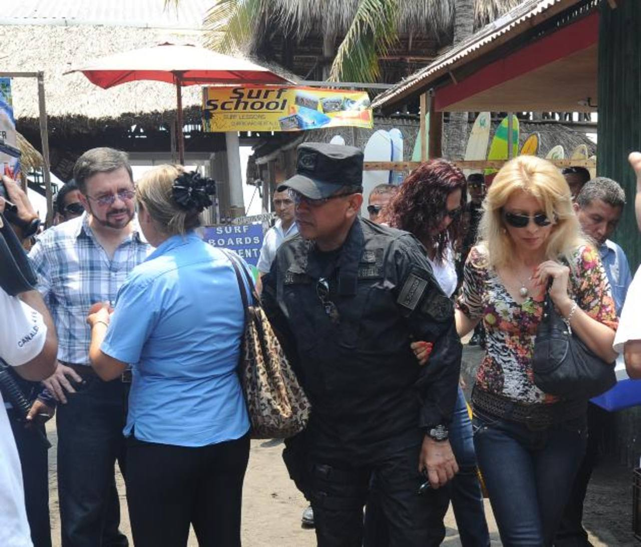 Funcionarios de seguridad supervisaron ayer los planes policiales en playas de La Libertad. Foto EDH / Douglas Urquilla,