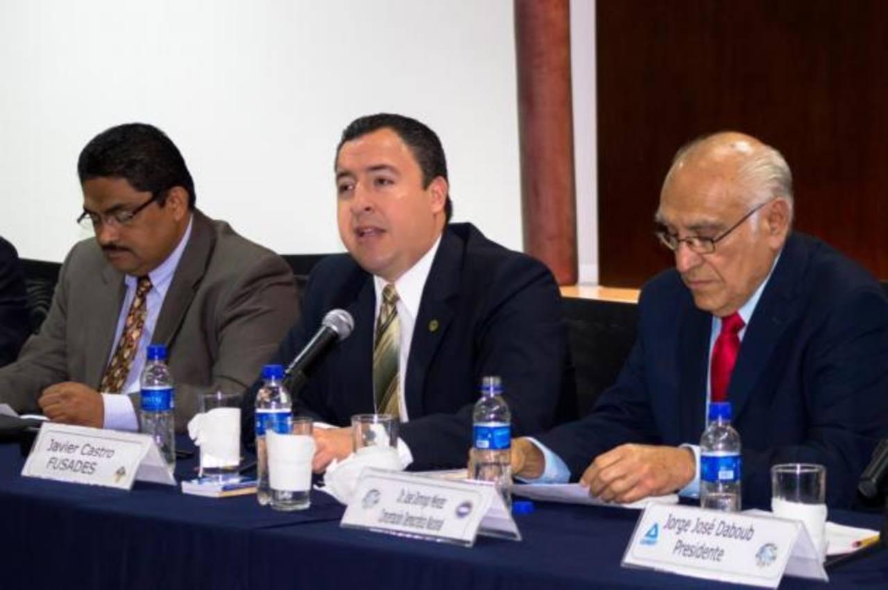 Javier Castro, de Fusades (izquierda) y José Domingo Méndez al referirse a elección de los contralores foto edh / cortesía