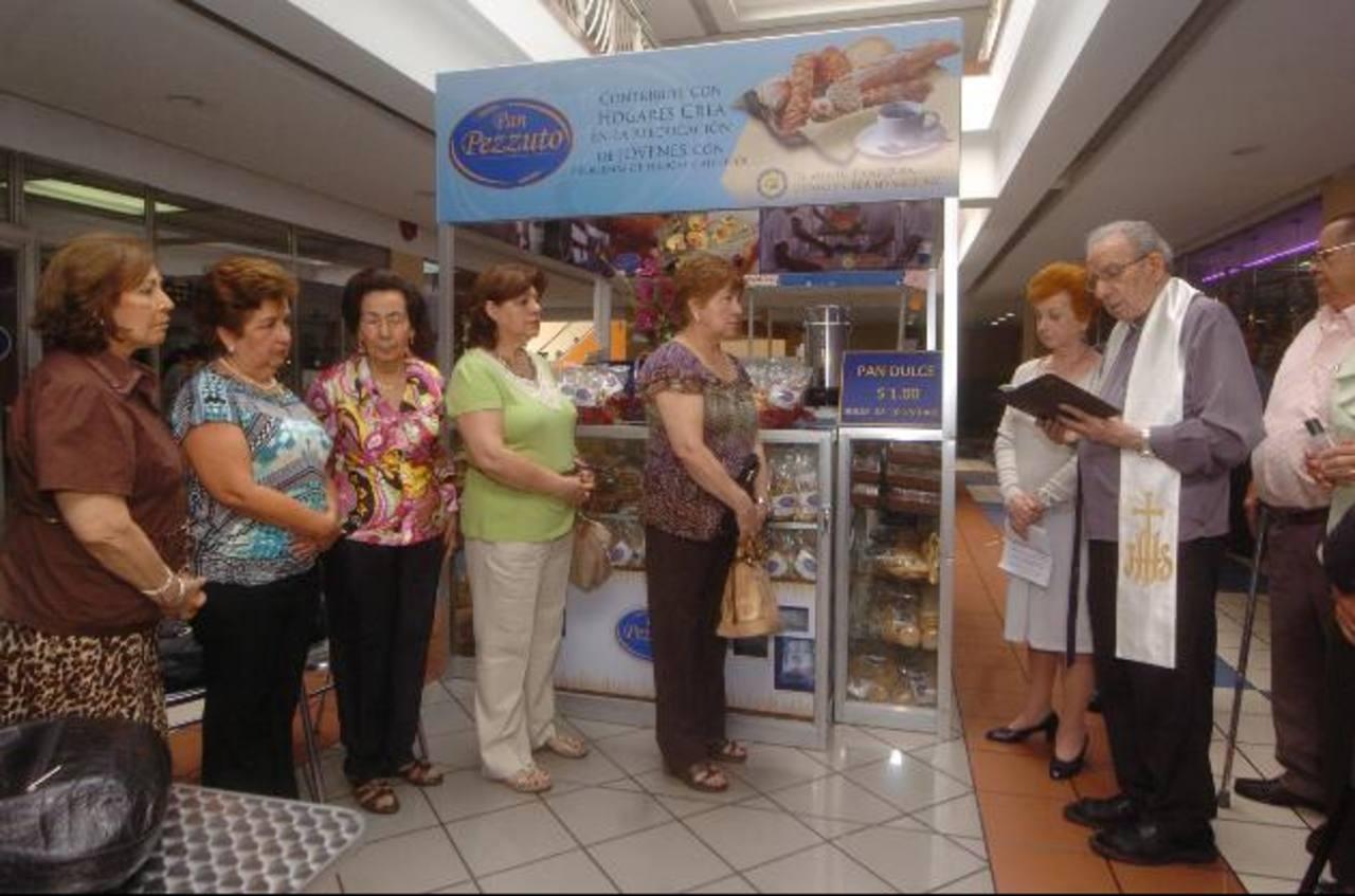 El quiosco fue bendecido ayer en presencia de benefactoras de la fundación Carisma. Fotos EDH / Jorge reyes
