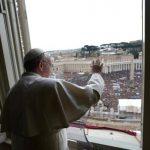 Decenas de miles de fieles de todo el mundo se congregaron en la plaza de San Pedro para participar del primer Ángelus del papa Francisco. Foto/ Reuters