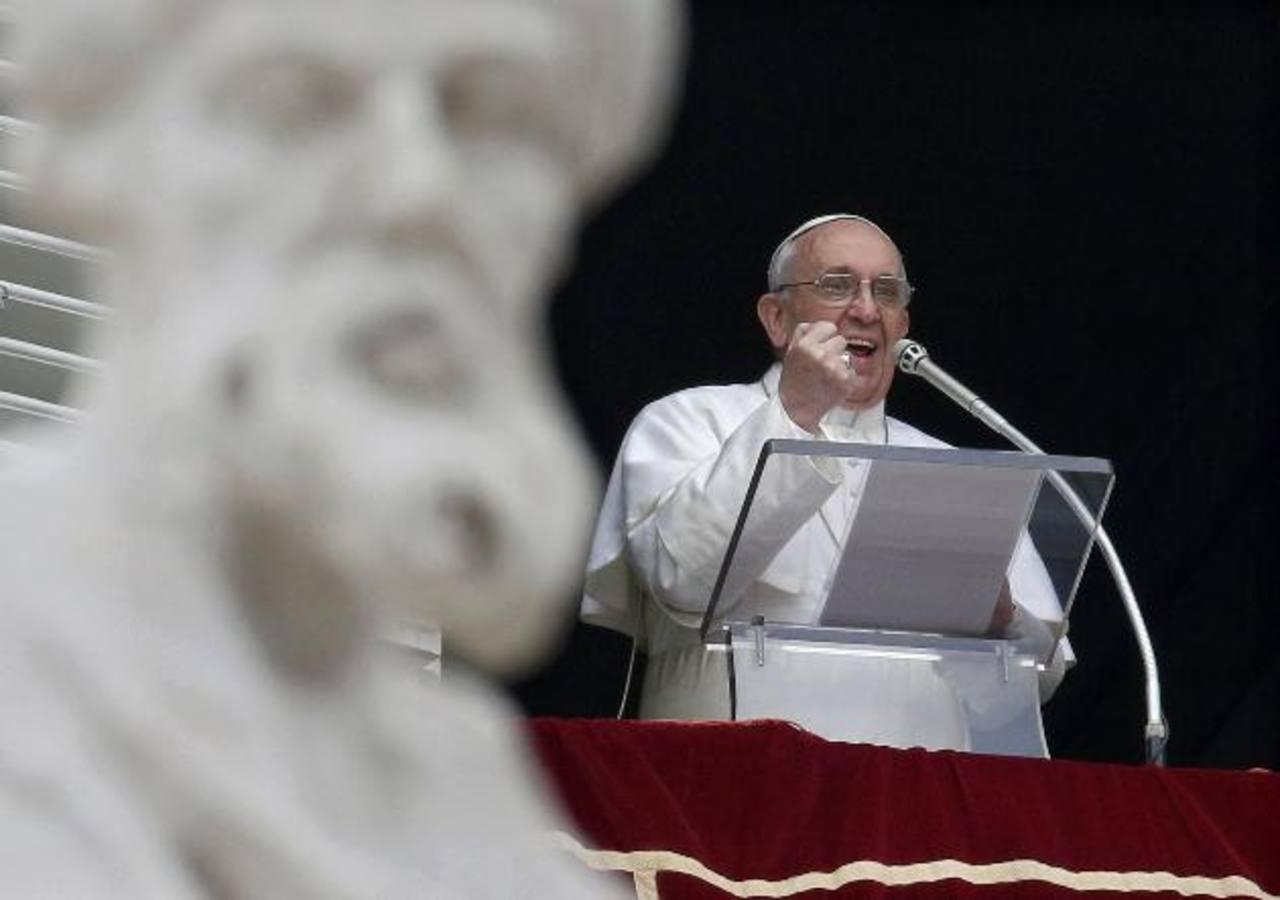 El papa Francisco, durante el rezo del ángelus, el primero de su pontificado, en la ventana de su apartamento que da a la plaza de San Pedro, en el Vaticano.