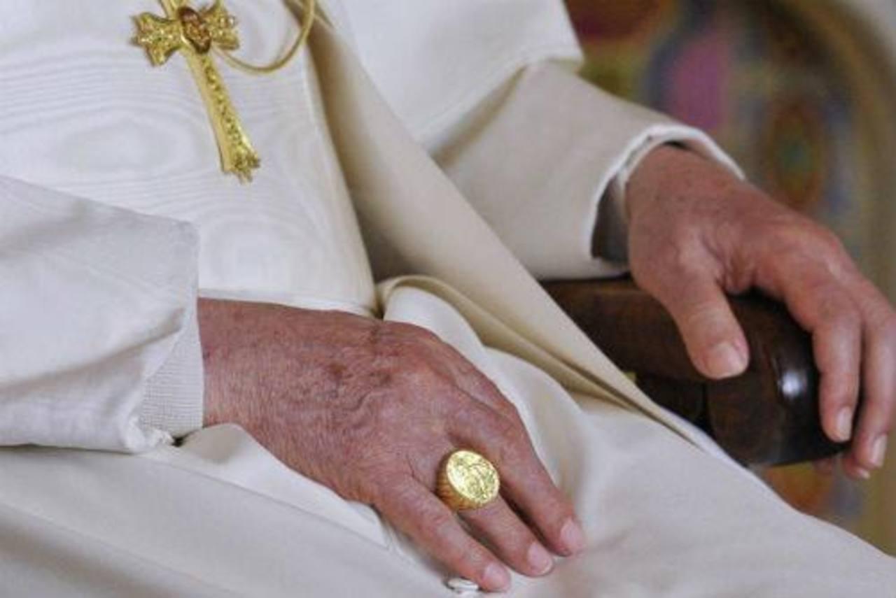 Benedicto XVI entregó el anillo de Pescador que ha portado en todo el papado como sucesor de Pedro. Foto EDH / archivo
