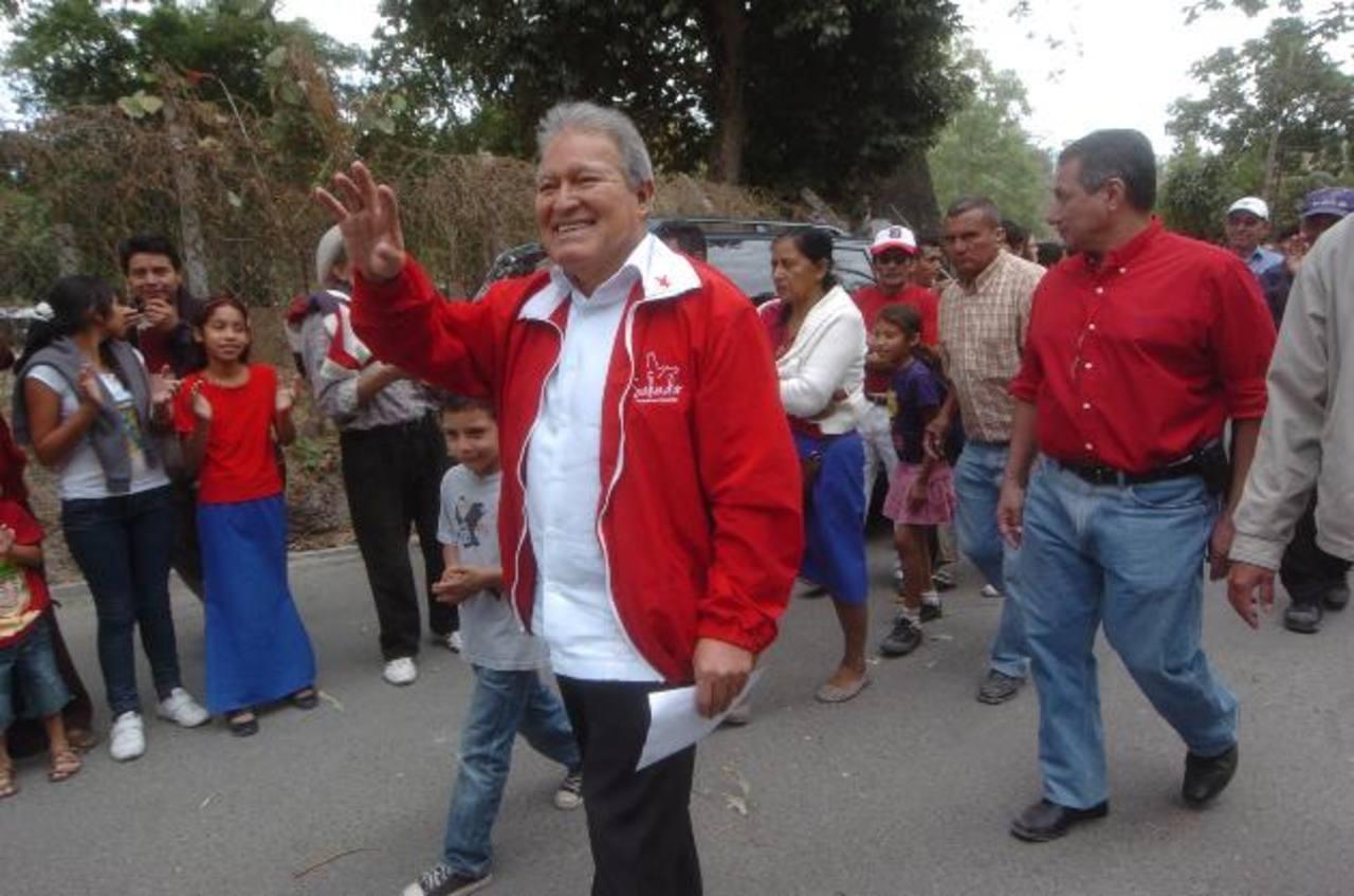 El candidato del FMLN ingresa a la comunidad Aarón Joaquín, de San Martín. foto EDH / jorge reyes