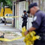 El cadáver de un hombre fue localizado en la calle principal de la colonia Jardines de Mompegón, San Salvador. Foto/ Óscar Mira