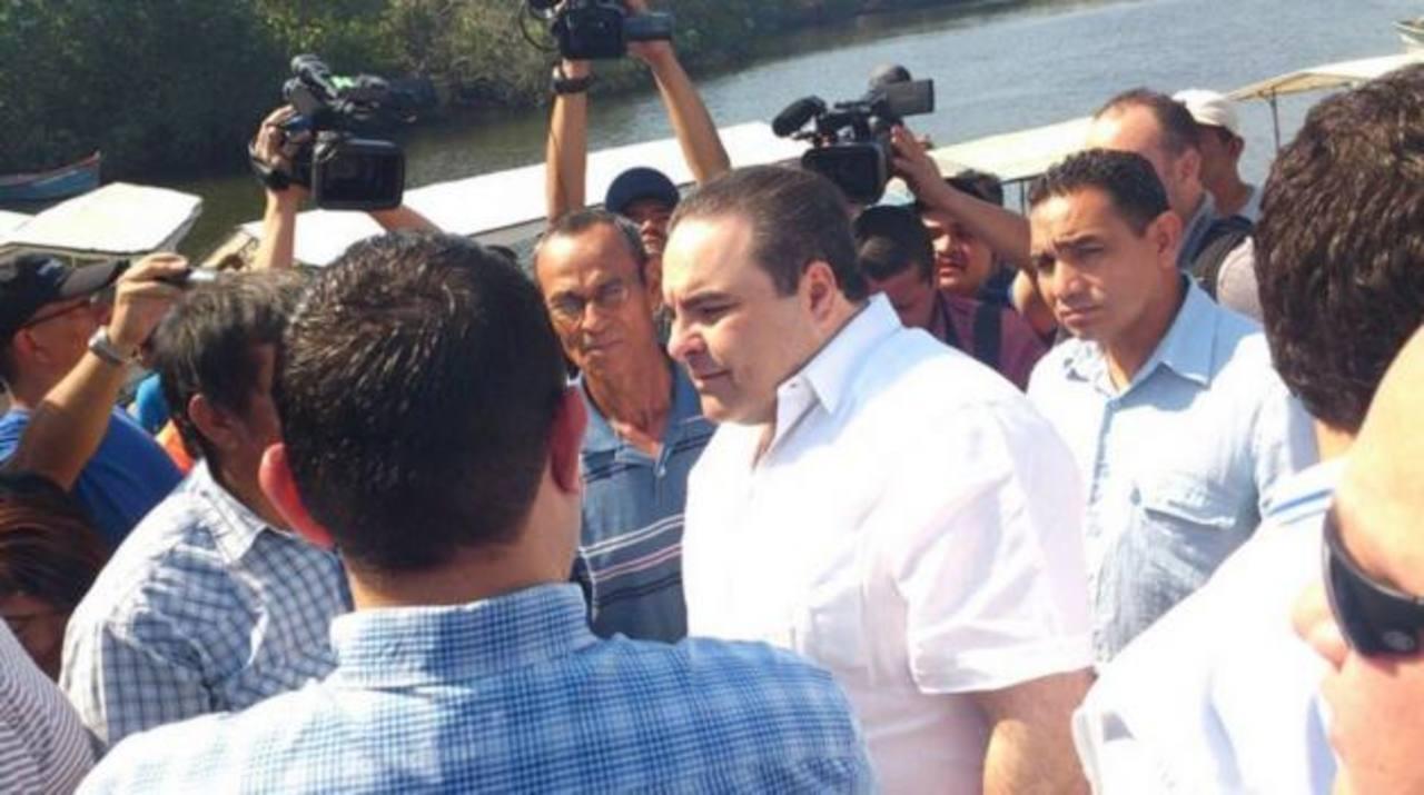 Saca durante su llegada a la reunión con pescadores y cooperativistas en Puerto Parada. Foto vía Twitter Edmee Velásquez