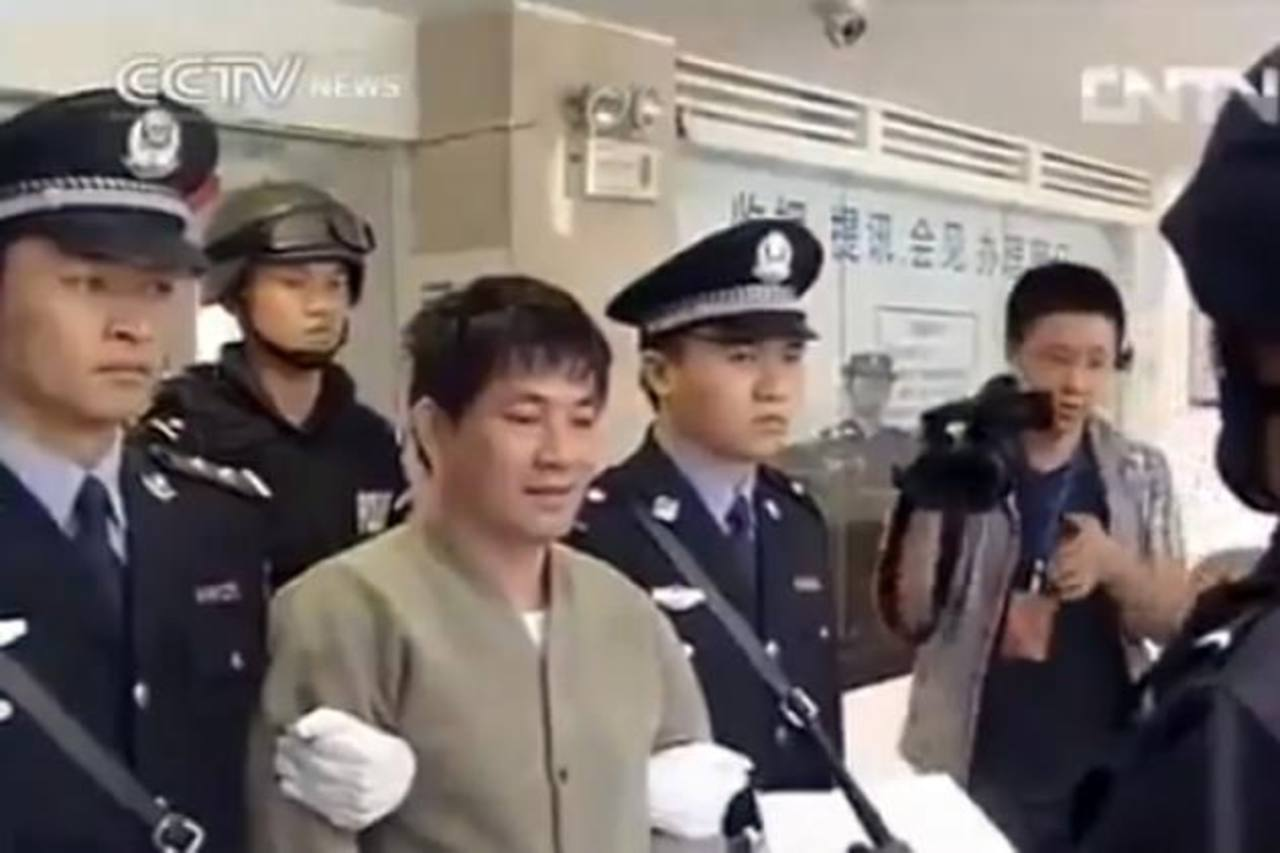 En la imagen aparece Naw Kham, uno de los ejecutados, durante la transmisión que realizó la televisora china. foto de internet