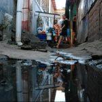 fotos edh / cristian díazLa imagen muestra el piso aledaño al área de cocinas, donde se evidencia el mal estado en el que se encuentra. A eso se suma la acumulación del agua por las tuberías colapsadas.