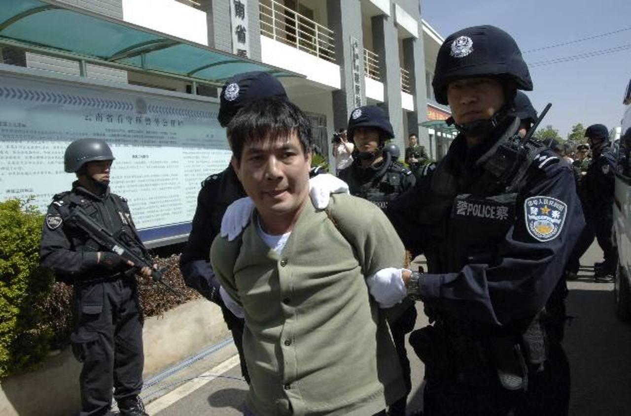 Naw Kham es escoltado por policías chinos hacia el sitio donde fue ejecutado por el asesinato de los marinos. foto edh/reuters