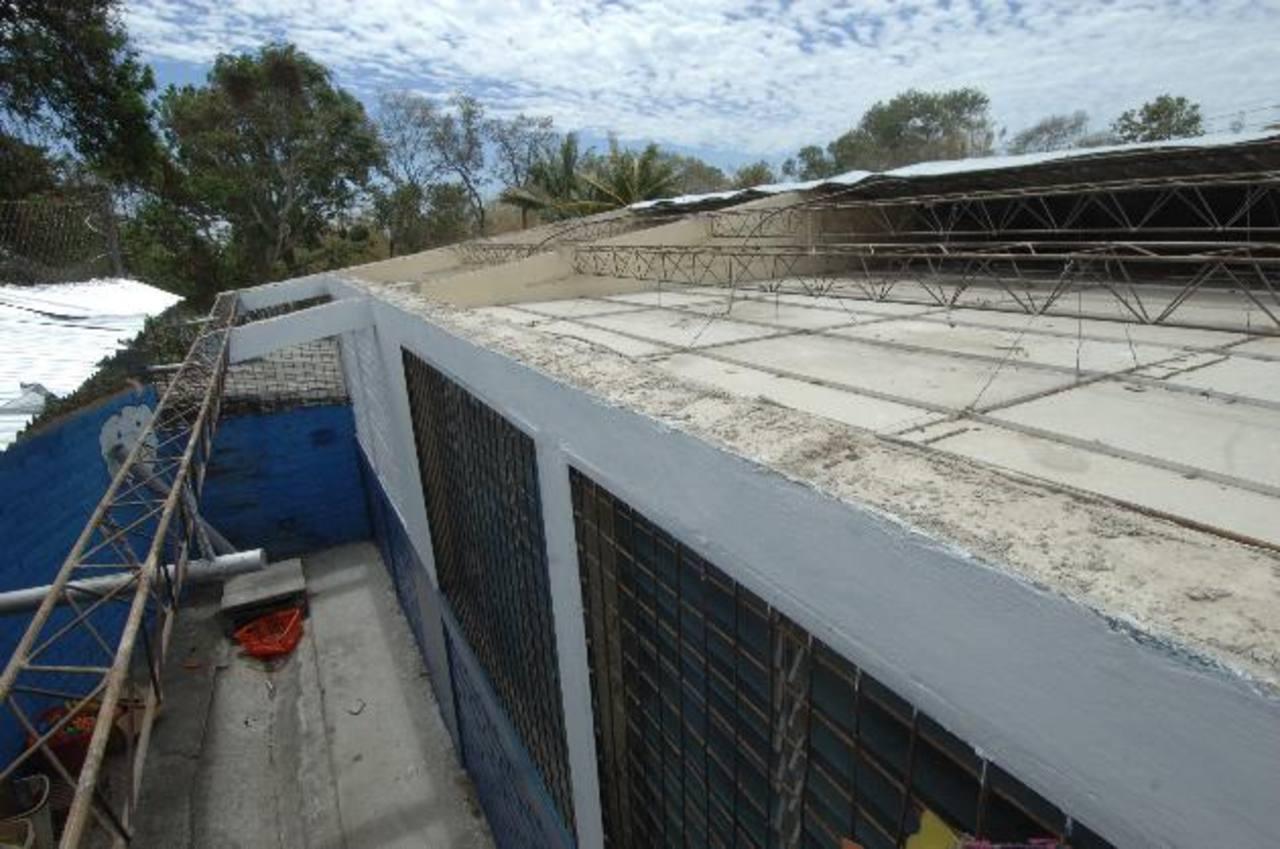 La mayoría de las láminas del techo del fueron arrastradas por el viento. EDH / MIGUEL VILLALTA