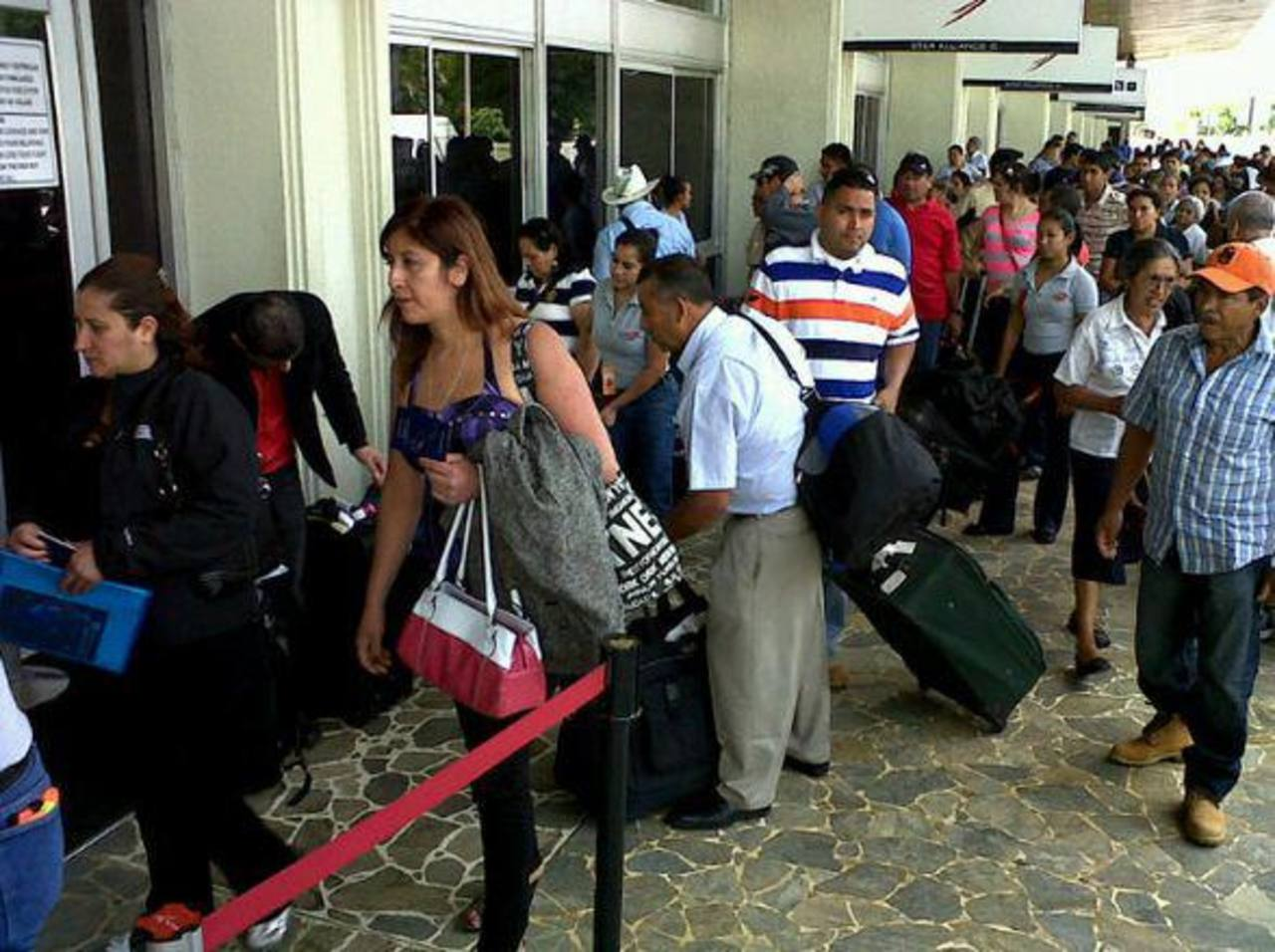 Decenas de pasajeros con vuelos programados, así como quienes esperaban el arribo de familiares se vieron afectados. Foto EDH vía Twitter Jaime Anaya