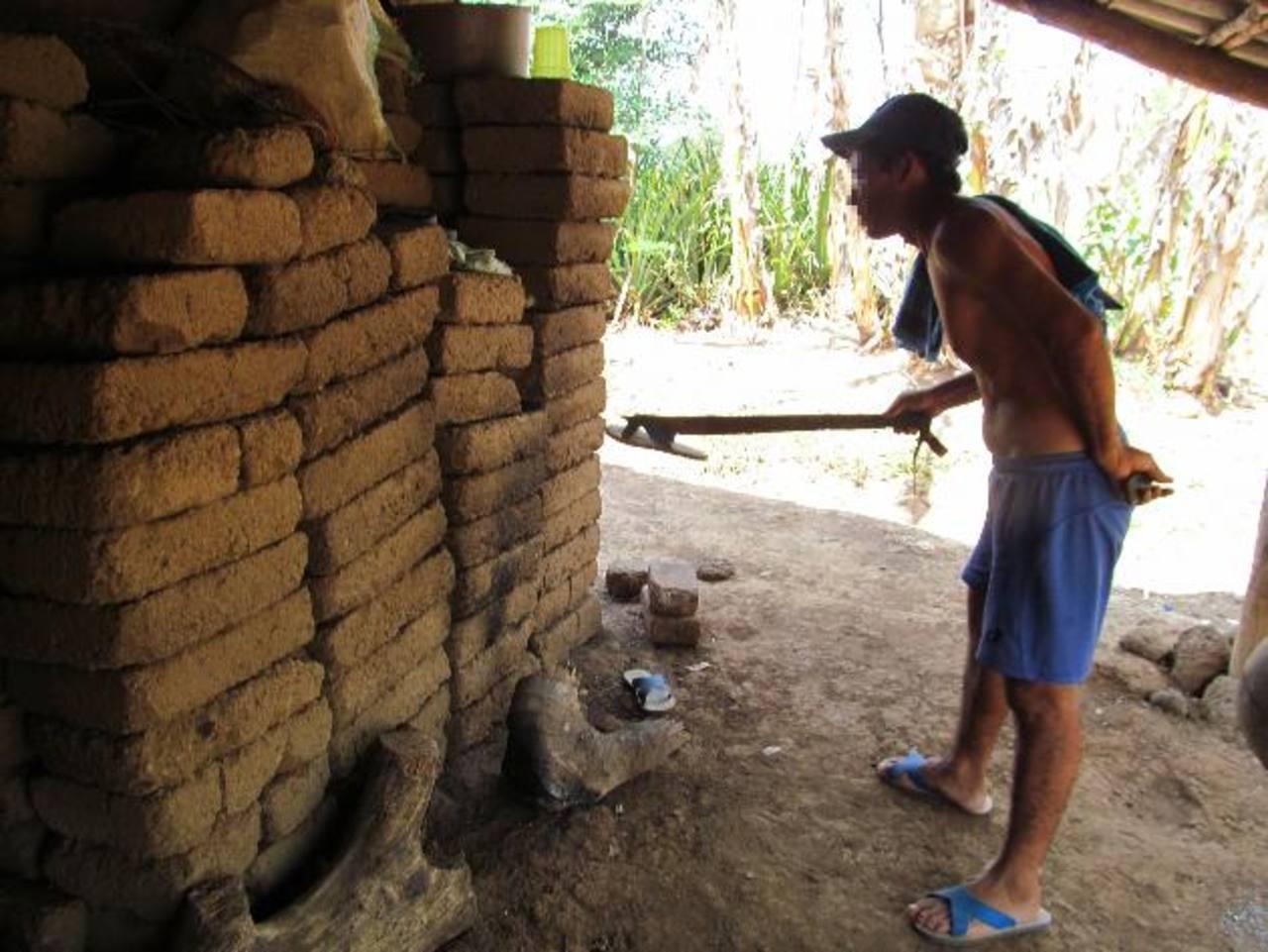 Un vecino inspecciona la casa donde fueron vapuleados los dos niños de cuatro y seis años. Foto EDH / Jorge Beltrán.