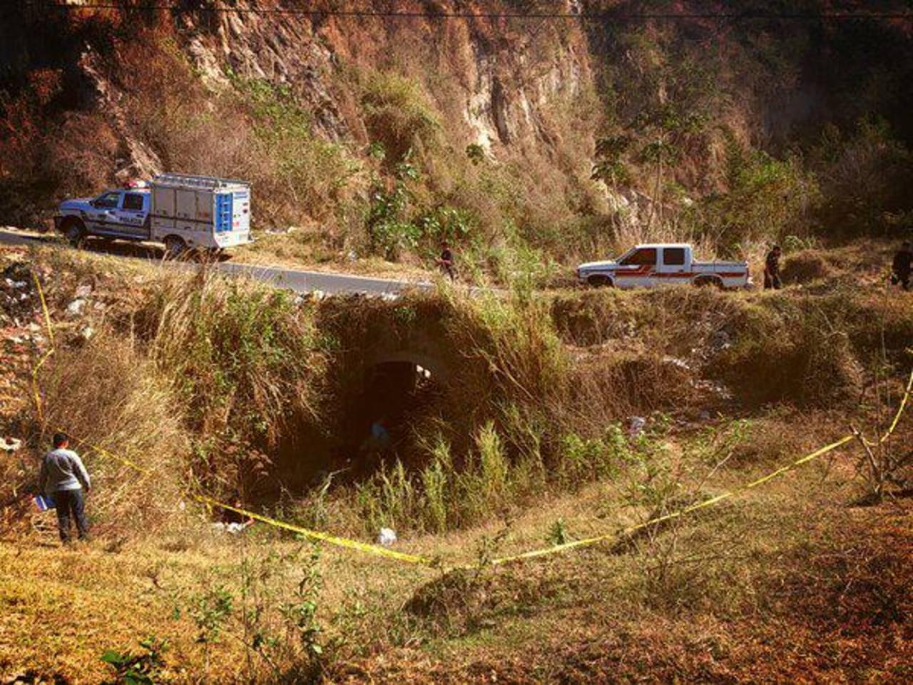El cadáver fue hallado abajo de un puente, ubicado en calle antigua a Las Cañas, Ilopango. Foto vía Twitter Jaime Anaya