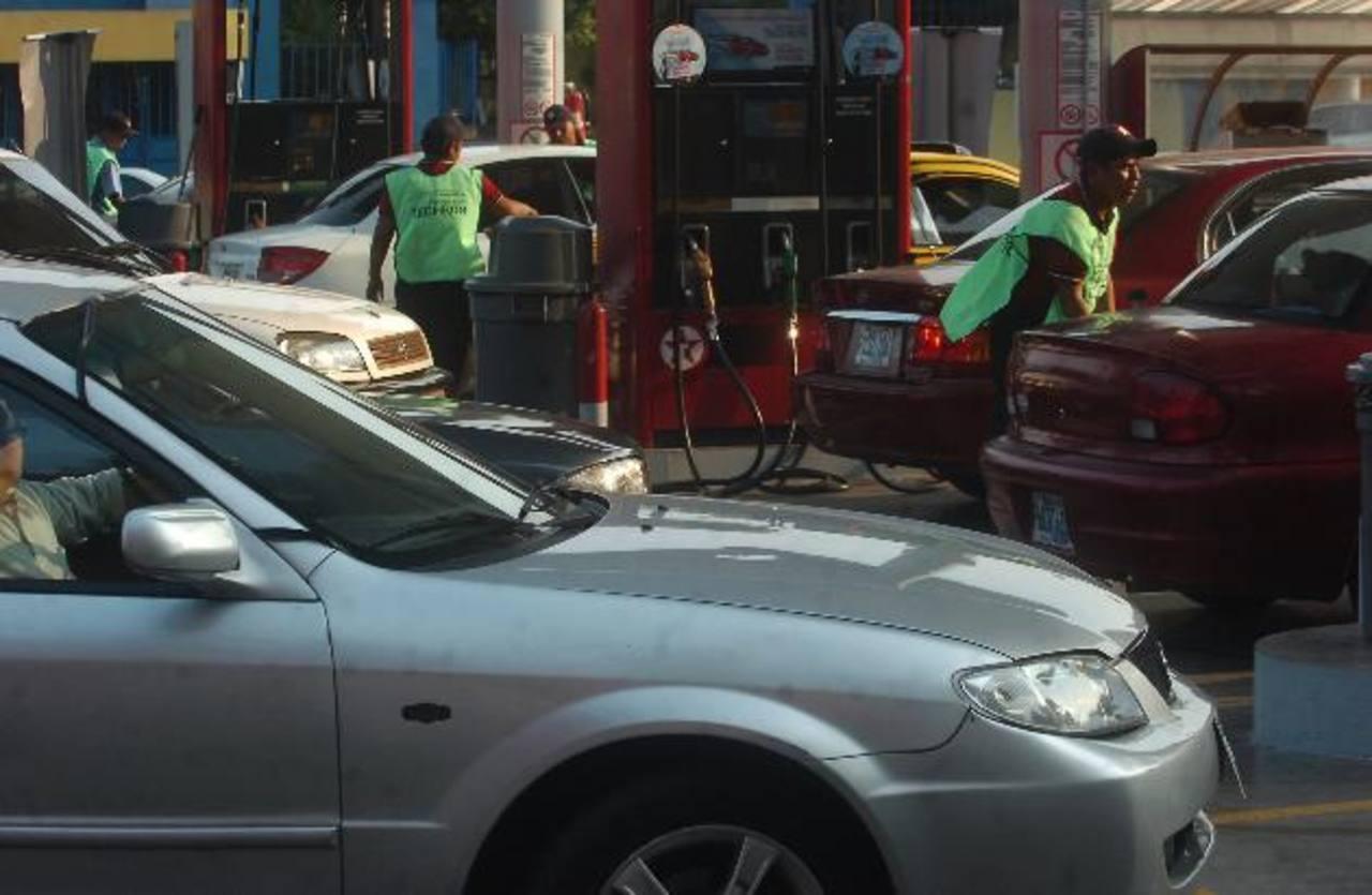 Automovilistas hicieron largas filas para llenar el tanque de su vehículo. foto EDH/ archivo