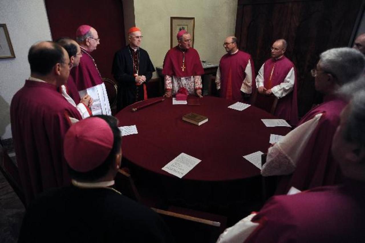 El cardenal Tarcisio Bertone, secretario de Estado del Vaticano (al centro de sotana negra), es oficialmente el camarlengo de la Iglesia luego del retiro del Papa Benedicto XVI. Aparece en la imagen en una reunión junto a otros cardenales. foto edh /