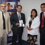 Representantes de Cepa y Operación Bendición entregaron el aporte simbólico a la Dra. Lorena Ábrego. foto edh / CORTESÍA