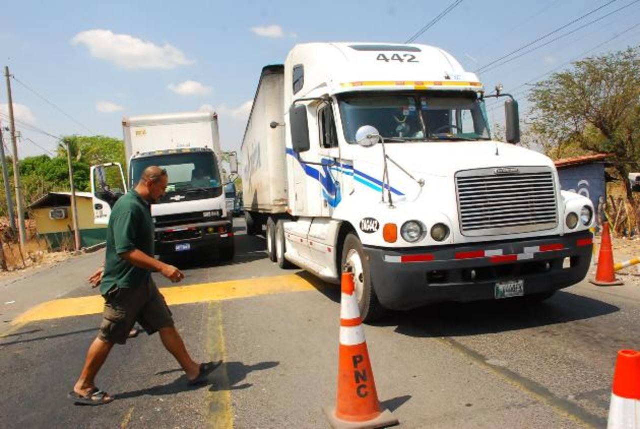 El transporte pesado usa los dos carriles de la vía mientras esperan por ser atendidos en Aduanas. Foto EDH / insy mendoza