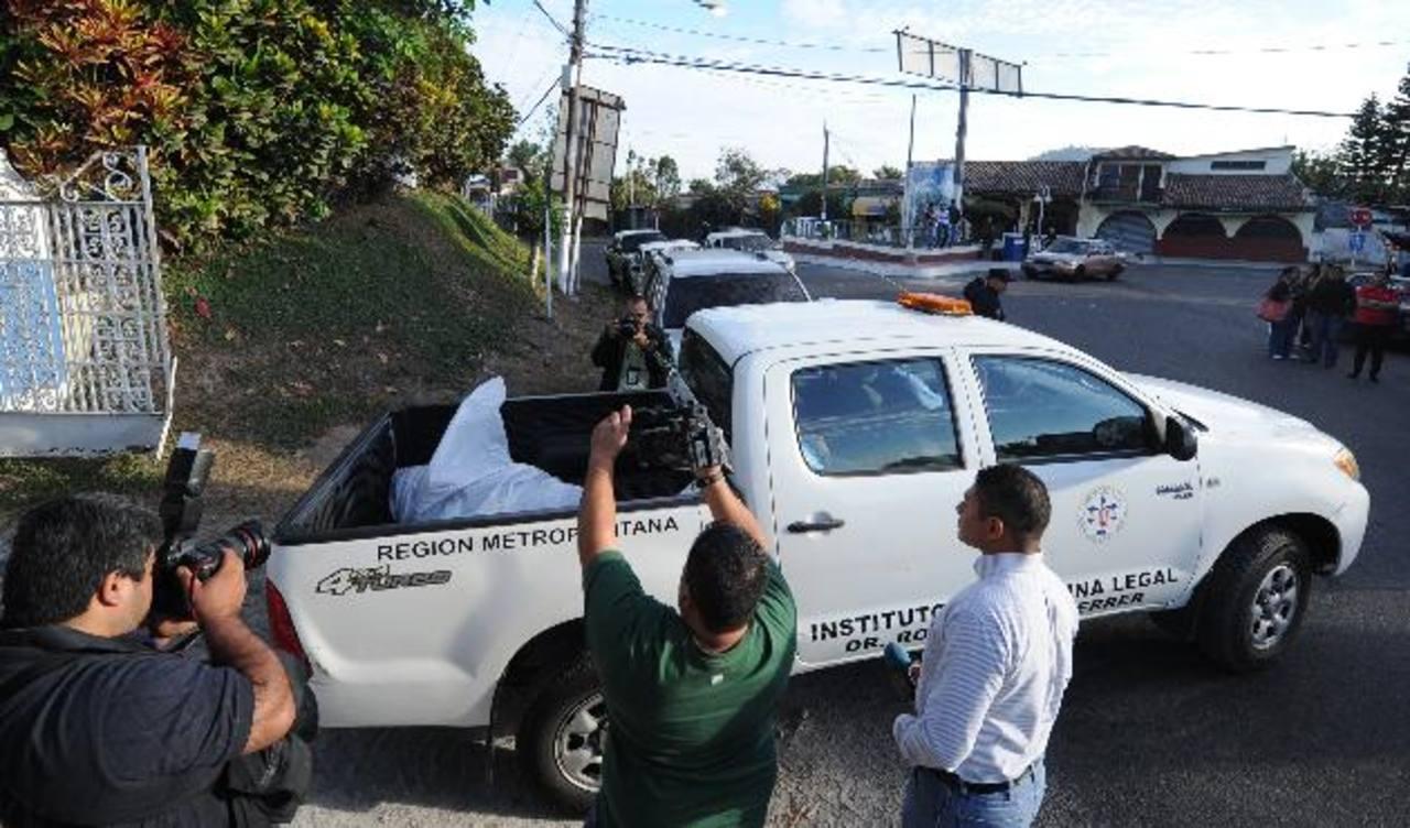 Después de cinco horas Medicina Legal retiró el cadáver del pandillero asesinado. FOTOS EDH / Douglas Urquilla.