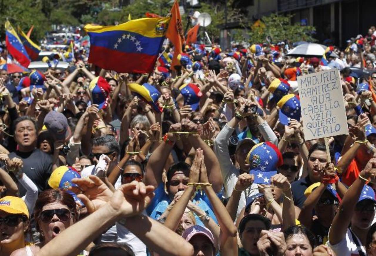 Cientos marcharon ayer en Caracas para exigir al gobierno venezolano la verdad sobre la salud de Chávez. foto edh/Reuters