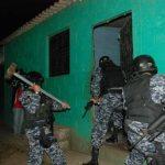 Policías ingresan a una casa en búsqueda de un prófugo de la justicia. Ayer hubo un operativo en Chalatenango. Foto EDH