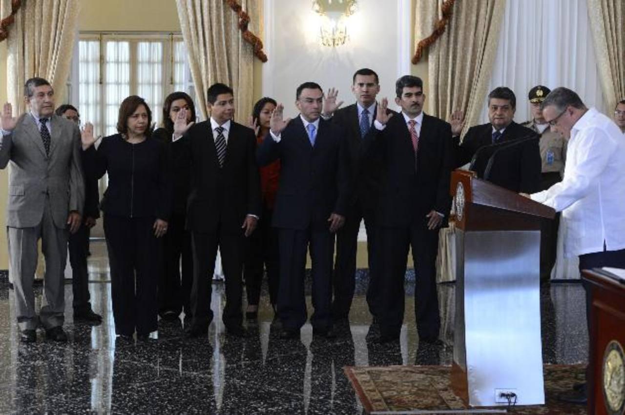 Los cinco comisionados del Instituto de Acceso a la Información Pública y sus suplentes, juramentados por Funes. foto edh /