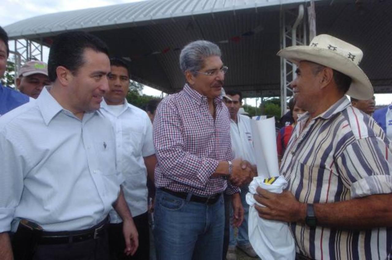Norman Quijano y René Portillo C. visitaron el sábado estructuras tricolores de Chalatenango.