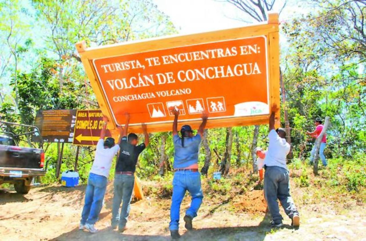 Los encargados del proyecto seguirán colocando más señales para guiar a los turistas de los municipios beneficiados. Foto EDH / Insy mendoza