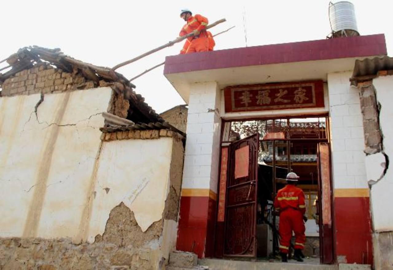 En esta foto difundida por Xinhua de China News Agency, bomberos trabajan en un edificio dañado después del terremoto. Foto/ AP