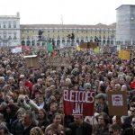 La Plaza del Comercio de Lisboa se llenó de manifestantes, con pancartas contra los recortes y los problemas sociales. Foto EDH / REUTERS