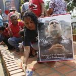 Una mujer enciende una vela durante una ceremonia en honor del fallecido presidente venezolano Hugo Chávez en la Plaza Bolívar de Barinas, capital del estado occidental donde nació el mandatario. El acto se realizó el viernes 8 de marzo de 2013