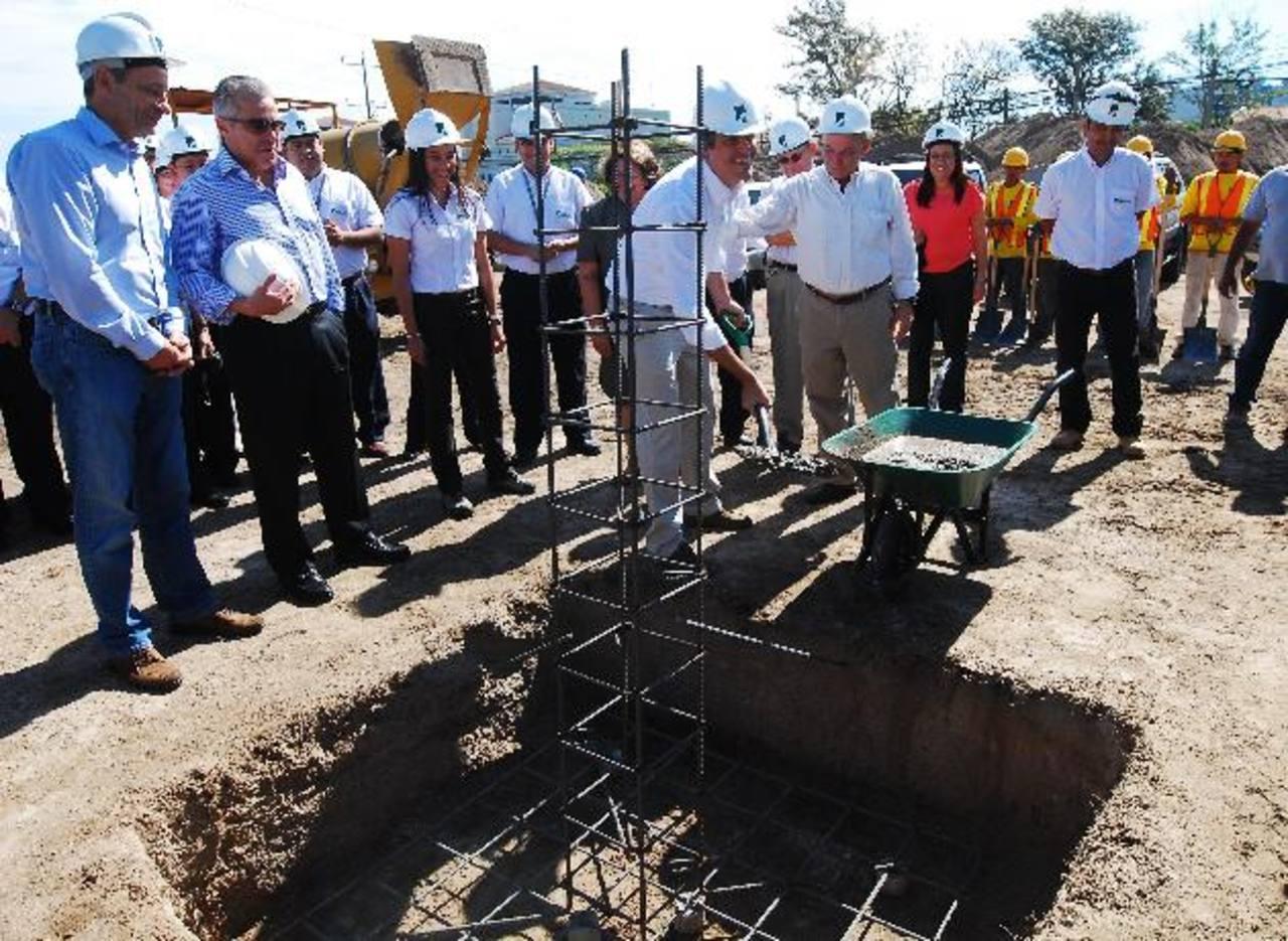Carlos Calleja, vicepresidente de Grupo Calleja, colocando la primera piedra del próximo Selectos Santa Elena. fOTO EDH / m. Hernández
