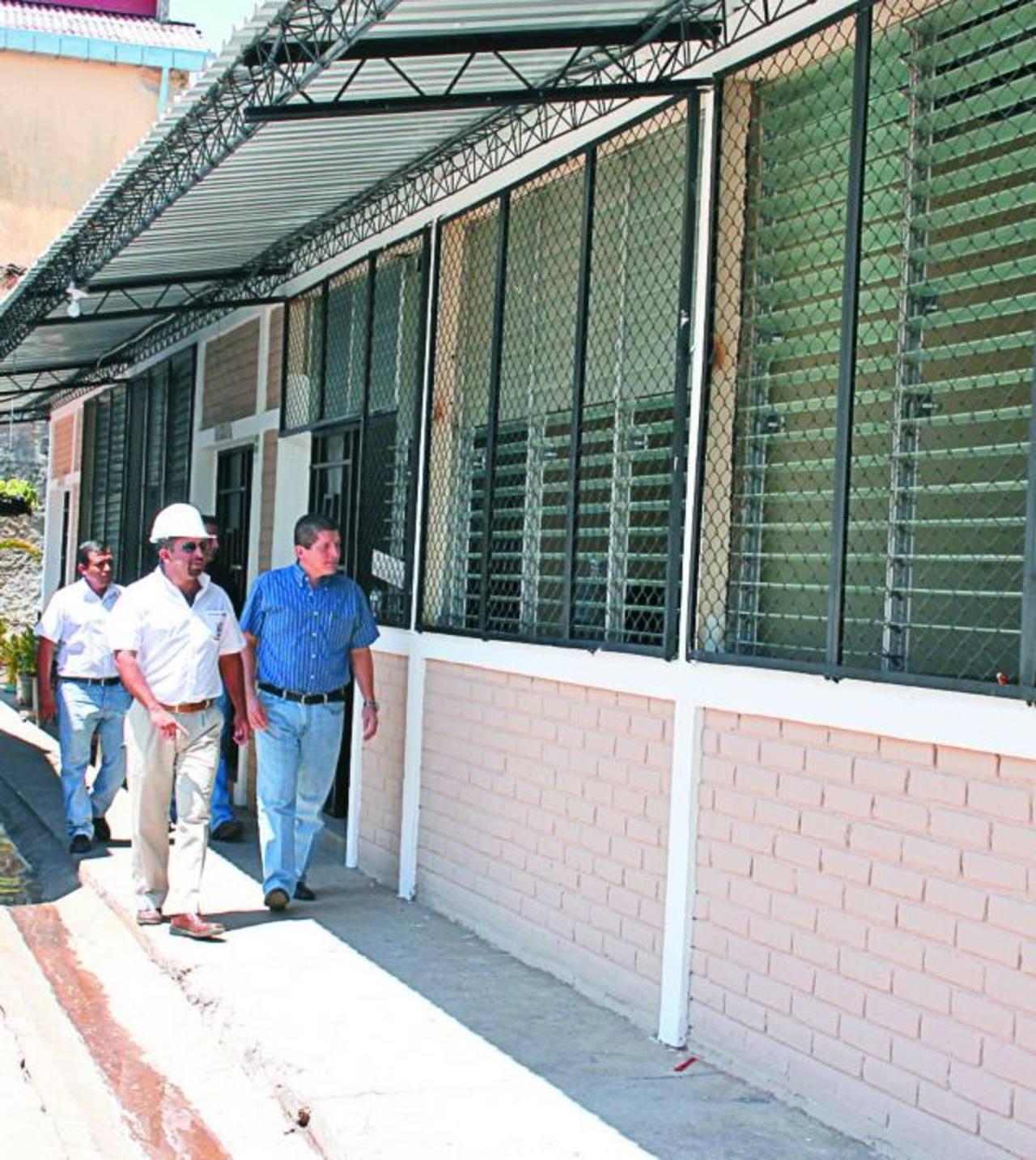 Alcalde de Sensuntepeque, Edgar Bonilla, (camisa azul) supervisa la remodelación del Centro de Formación y Producción de la Mujer y Centro de Formación Juvenil. Foto EDH / cortesía