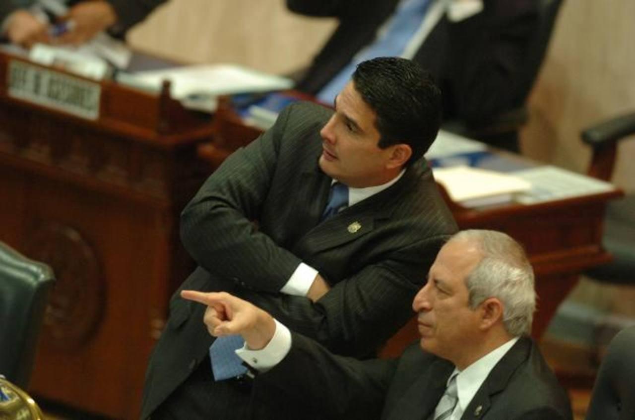 El presidente legislativo Sigfrido Reyes dialoga con el directivo arenero Roberto d?Aubuisson durante la plenaria de ayer. foto edh