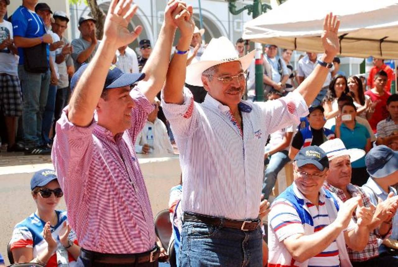 La fórmula presidencial de ARENA, integrada por René Portillo Cuadra, izquierda, y Norman Quijano, derecha, saluda a sus simpatizantes en Nueva Esparta. Fotos EDH / jenny ventura