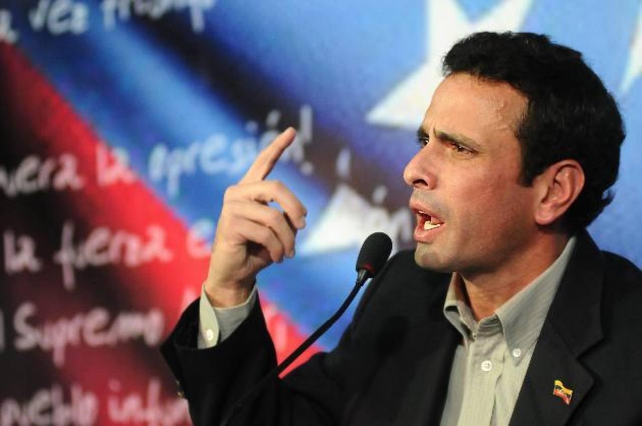 Henrique Capriles Radonski, líder de la oposición venezolana, habla en una rueda de prensa en su comando de campaña en Caracas, Venezuela. foto edh / efe