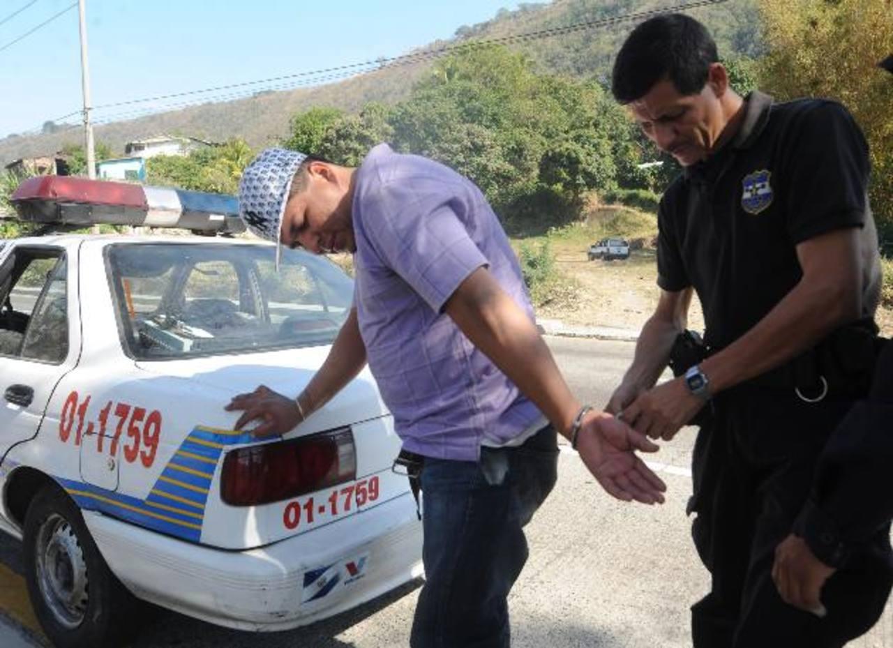 Ricardo Antonio Morales, de 32 años de edad, fue capturado ayer por la PNC sobre la autopista a Comalapa tras matar a la mujer y escapar. FOTO EDH Lissete lémus.