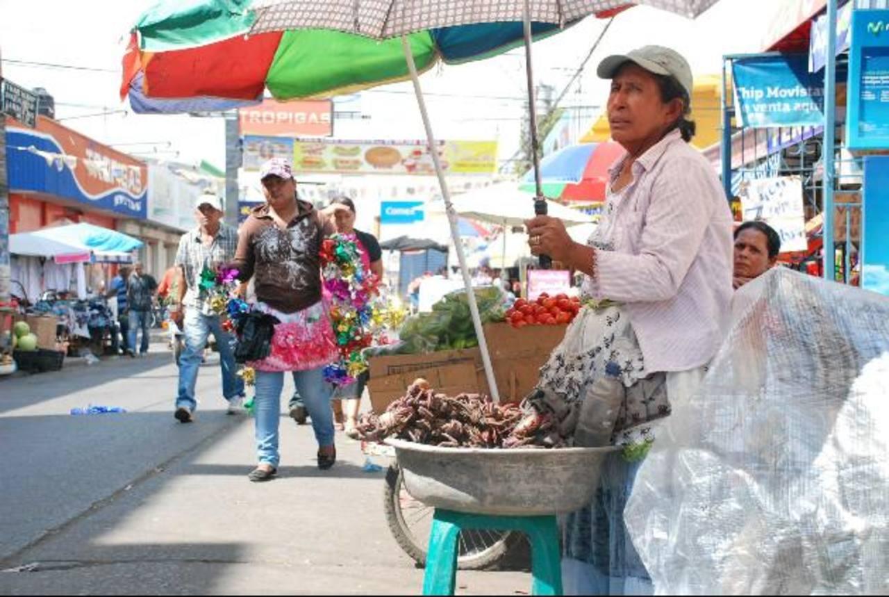 Los vendedores informales están obligados, mediante ordenanza municipal, a mantenerse dentro de los límites de venta en la zona del centro de la cabecera. foto edh / archivo