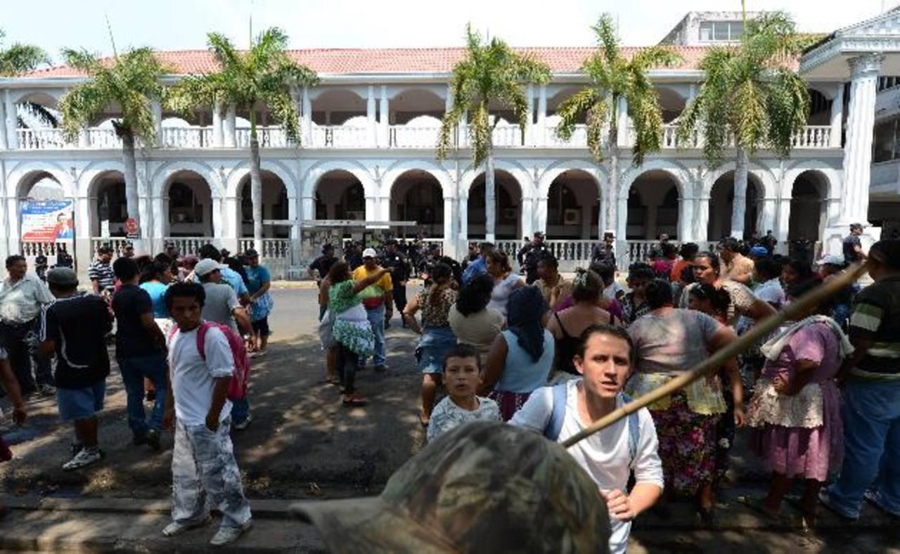 L os vendedores se agruparon y enfrentaron a piedras y palos a los agentes municipales. Fotos EDH / jaime anaya