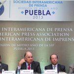 El historiador mexicano Enrique Krauze (2° der.) confirmó la venta del canal venezolano Globovisión. foto edh / internet