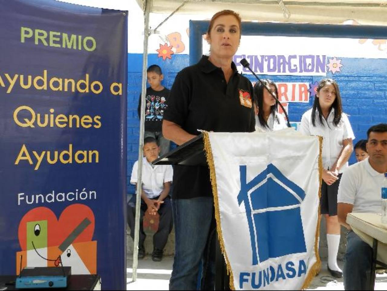 La directora ejecutiva, Celina de Kriete, se dirige a los jóvenes. Foto EDH / Milton Jaco