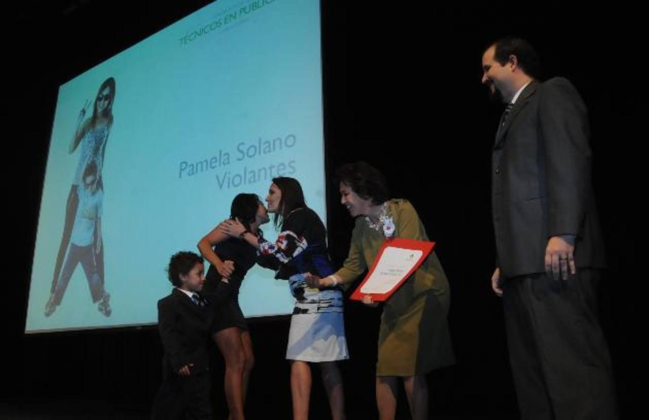 De izquierda a derecha: Pamela Solano, recibió en compañía de su hijo el diploma que fue entregado por Nicole Paetz (directora de la carrera), Teresa de Chávez (directora de la escuela) y Federico Harrison (director académico). Fotos EDH /Lissette Mo
