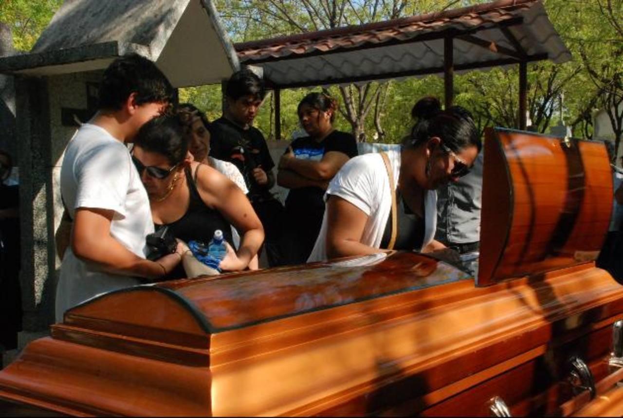 Familiares y amigos despidieron ayer a Rosa María, en San Miguel, su ciudad de origen, luego que un cafre la arrolló al no responder por haberle golpeado el vehículo. Foto EDH / Lucinda Quintanilla.