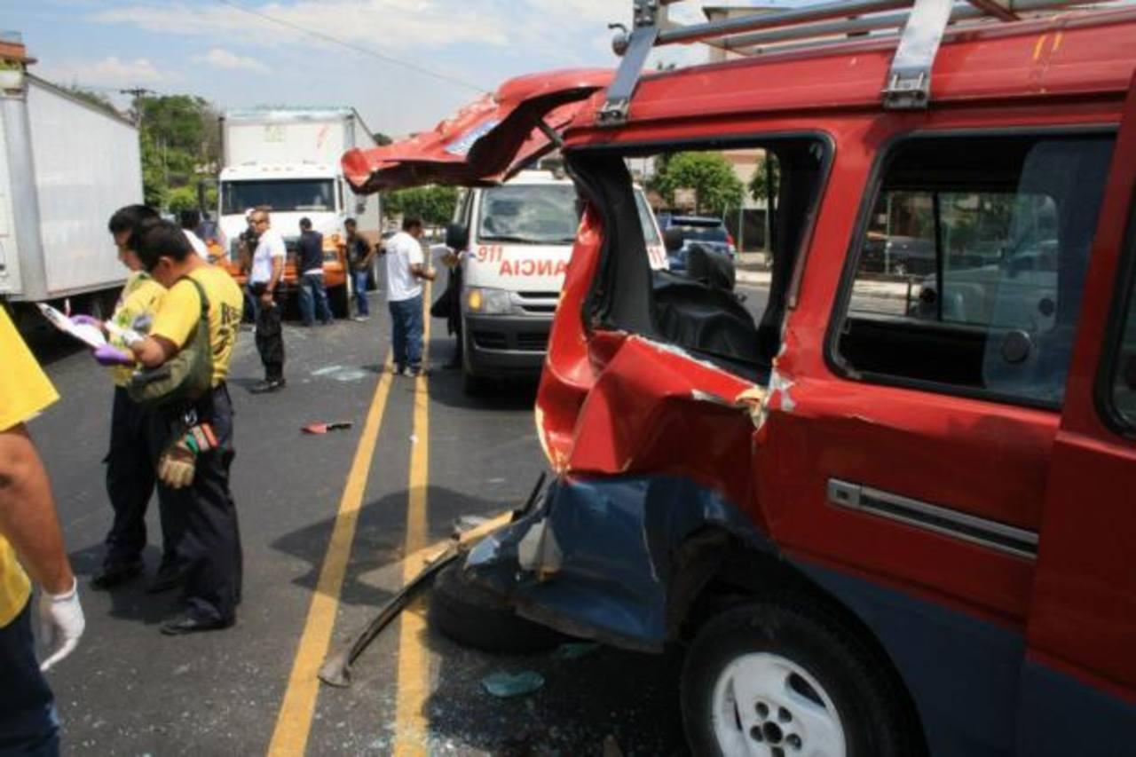Así quedó el microbús de transporte escolar impactado. FOTO EDH Comandos de salvamento, mauricio segura.