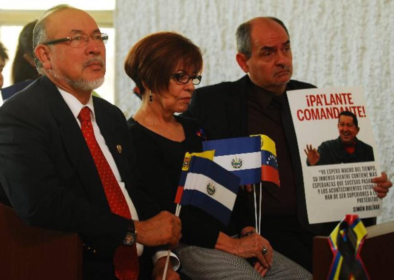 Orestes Ortez y la embajadora venezolana Nora Uribe participaron en la misa por Chávez. foto edh / marlon Hernández