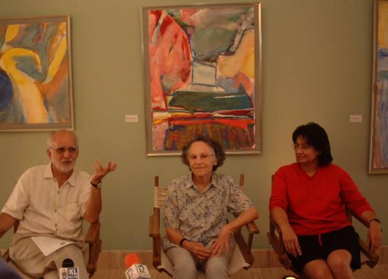 Teresa Huezo (der.), con Roberto Salomón y la artista Madeleine Spiere, en una rueda de prensa.