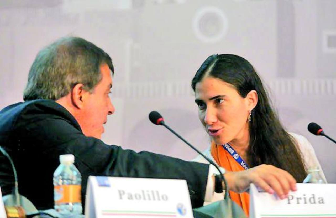 """La cubana Yoani Sánchez conversa con Claudio Paolillo durante su participación en la reunión de la SIP. Sánchez afirmó que el proceso de cambios favorables a la democracia en Cuba es """"irreversible"""". Foto EDH /Cortesía SIP"""