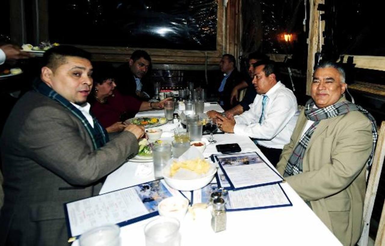 Leonel Flores (segundo a la derecha) durante la reunión en el restaurante Lauriol Plaza, el viernes 1 de marzo por la noche.