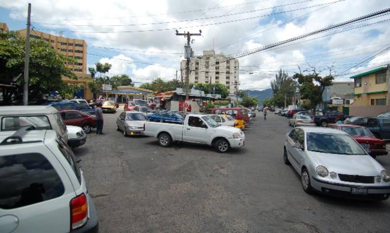 Los estacionamientos adyacentes a oficinas públicas como el Ministerio de Hacienda, es uno de los sitios donde son más frecuentes los hurtos de vehículos, según la Policía.