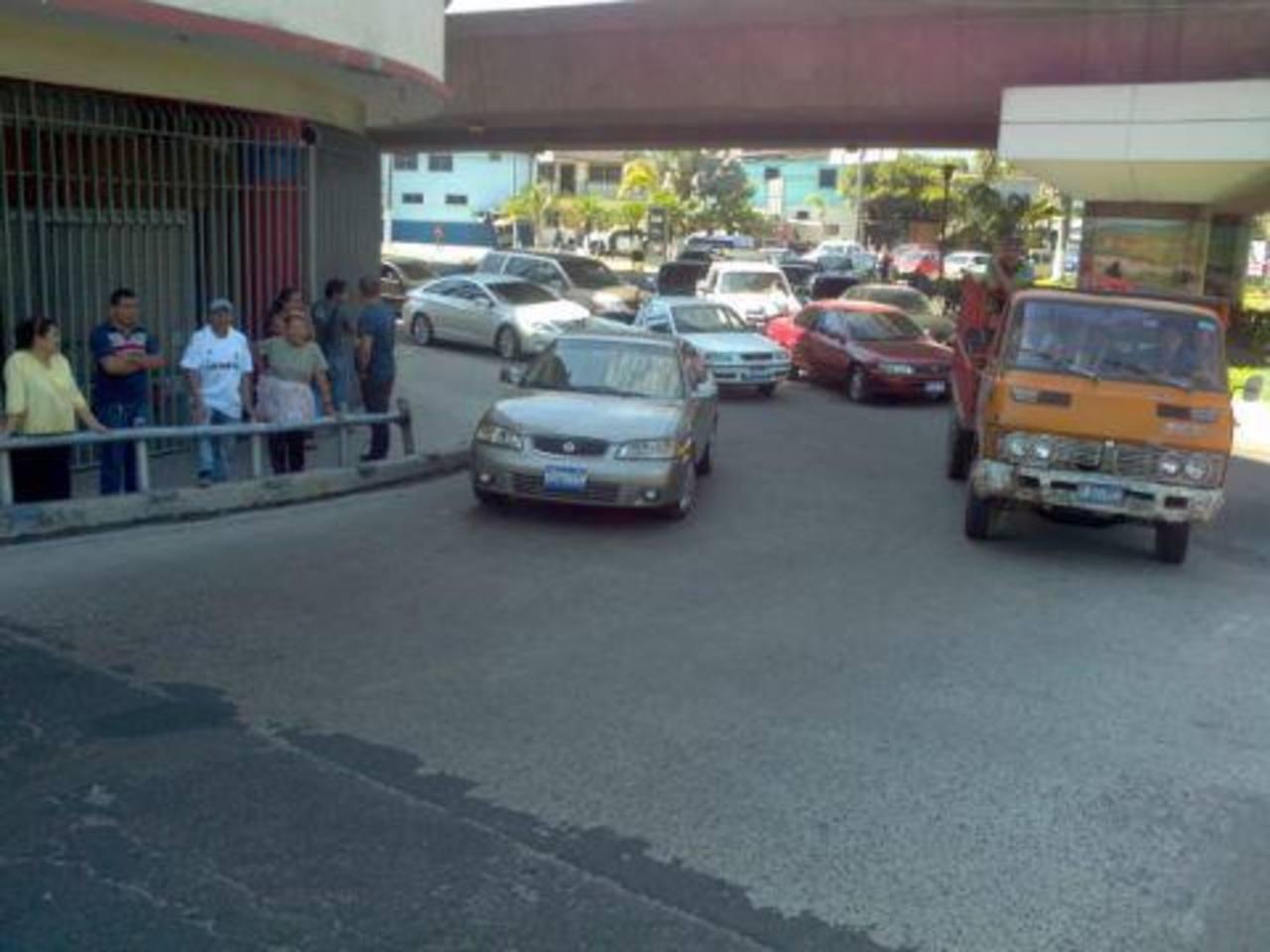 Zona donde fue atropellada la mujer. El hecho generó un fuerte tráfico en los alrededores. Foto vía Twitter Lissette Lemus