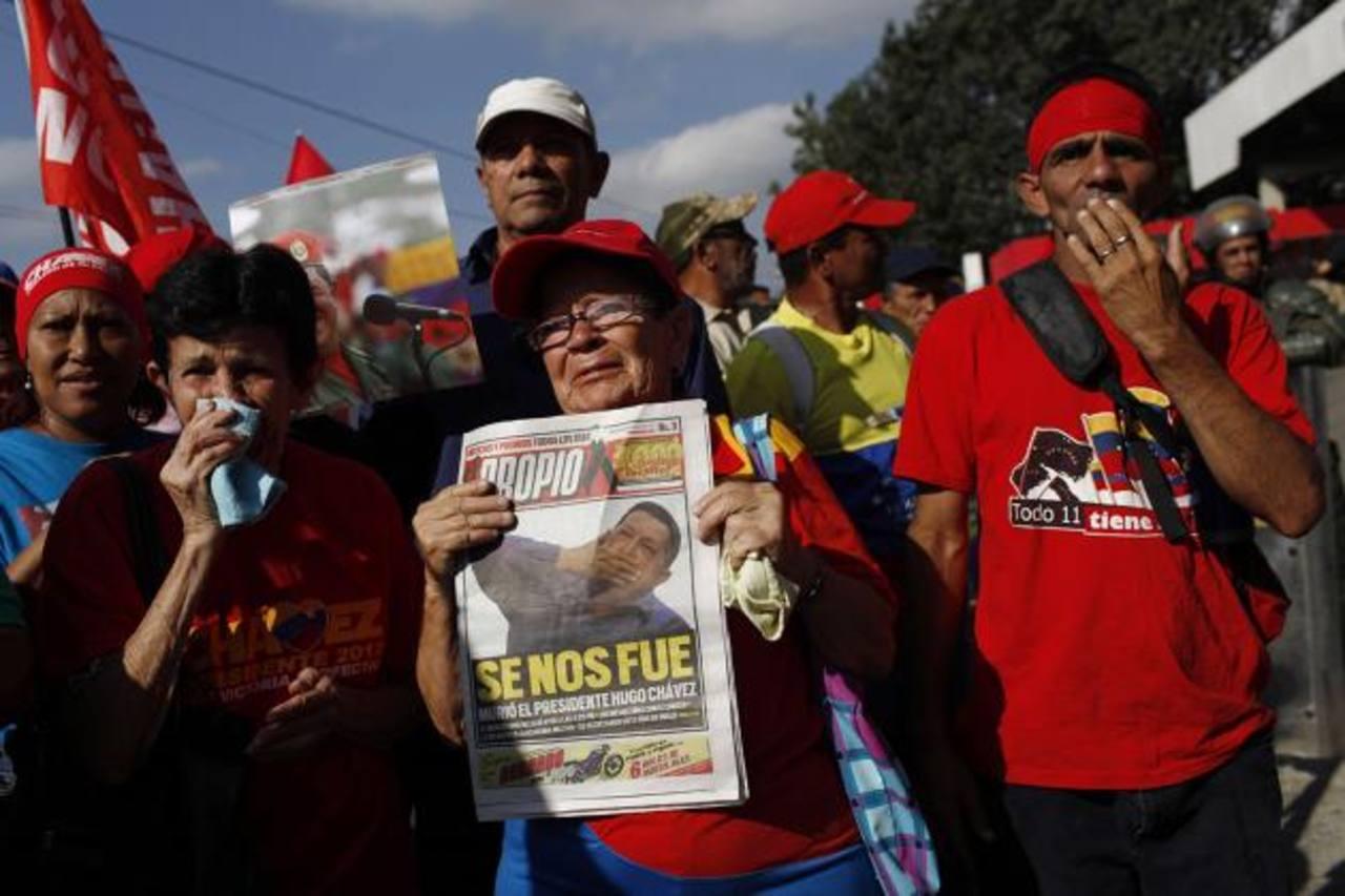 LUTO. Una mujer sostiene un diario con la noticia de la muerte de Hugo Chávez.